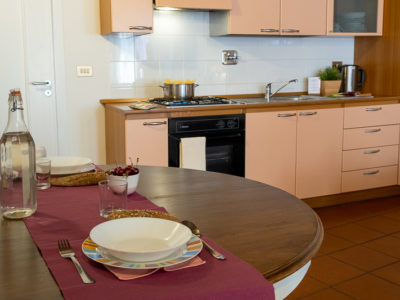 angolo cottura e tavola apparecchiata