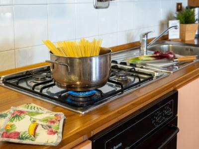 pentola con spaghetti sul fuoco