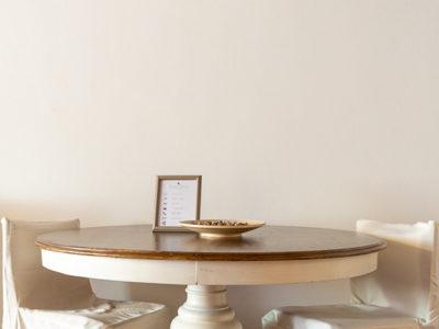 tavola rotonda con sedute