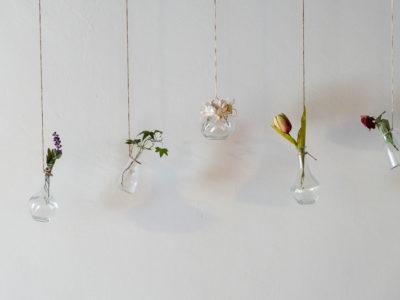 recipiente con fiori sospeso