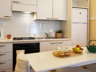 Cucina bianca residence Ferraud