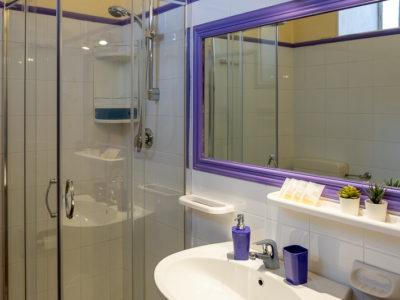 toilette con lavandino specchio doccia