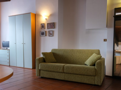 divano verde mansarda residence ferraud