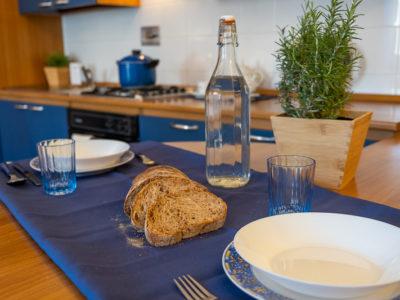 Tavolo con piatti forchette bicchieri monolocale superior residence ferraud
