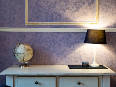 Tavolo con lampada e mappamondo