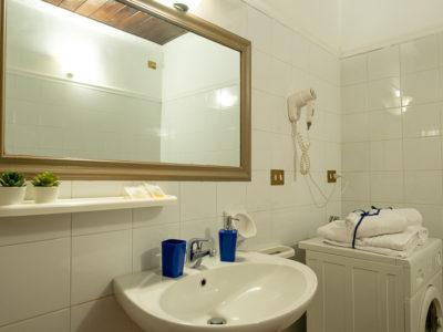 Servizi con lavatrice specchio asciugamani monolocale superior